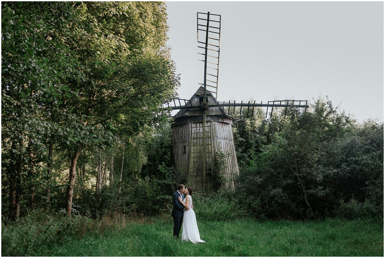 Plener ślubny w skansenie przy starym młynie.