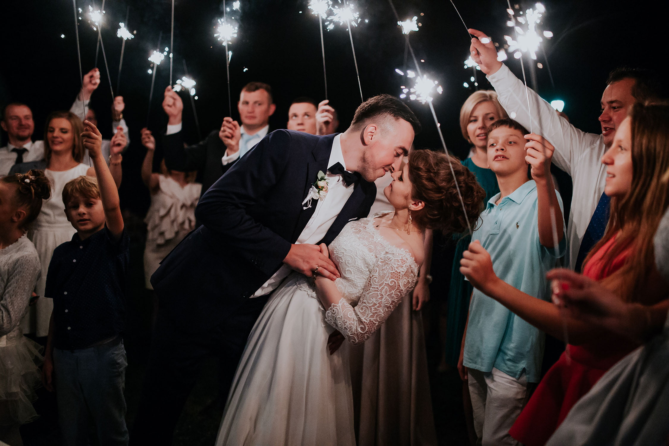 Zdjęcie Państwa Młodych z zimnymi ogniami na zakończenie wesela. Fotografia ślubna Siedlce Łosice