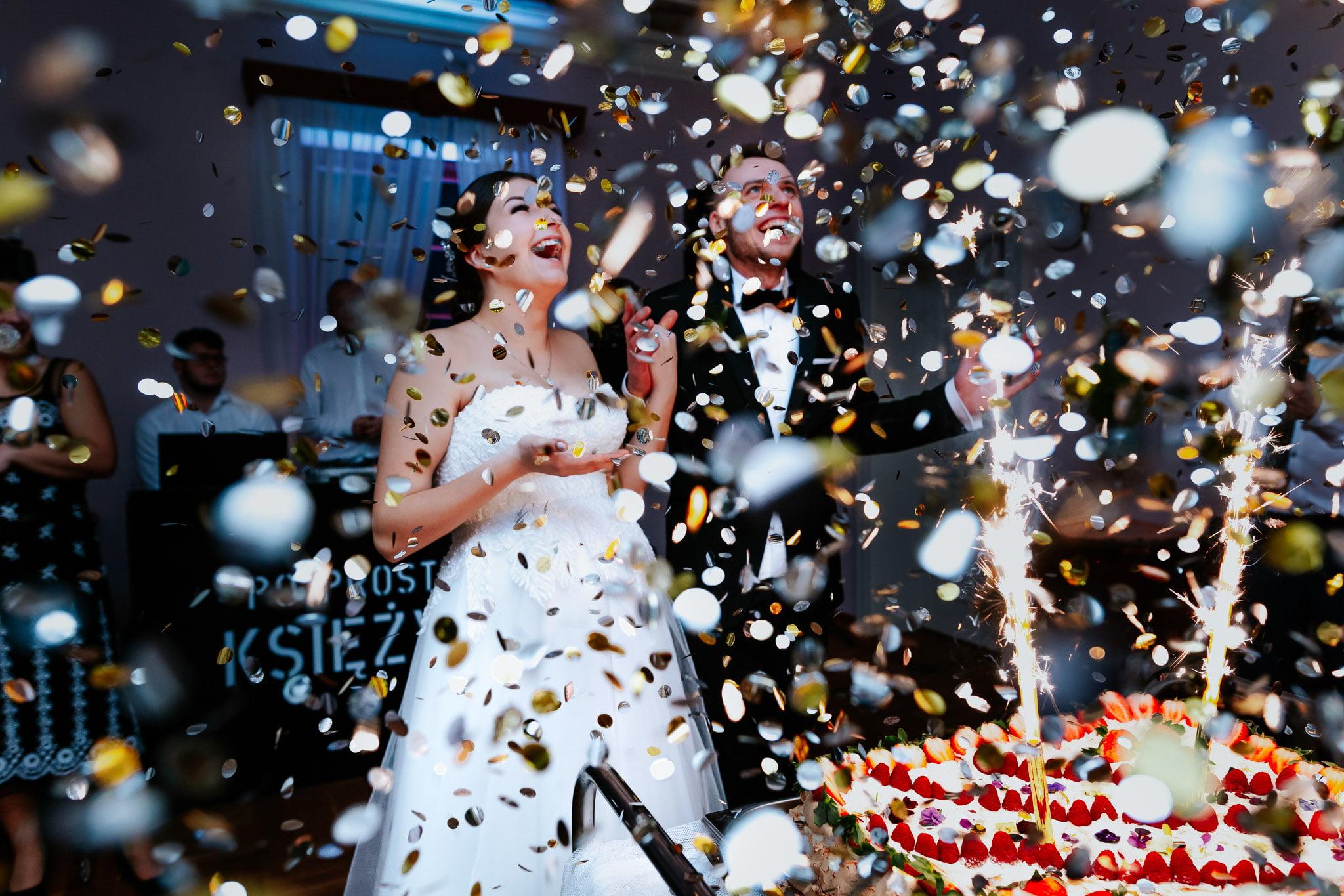Podanie tortu podczas wesela. Fotografia ślubna Siedlce Łosice